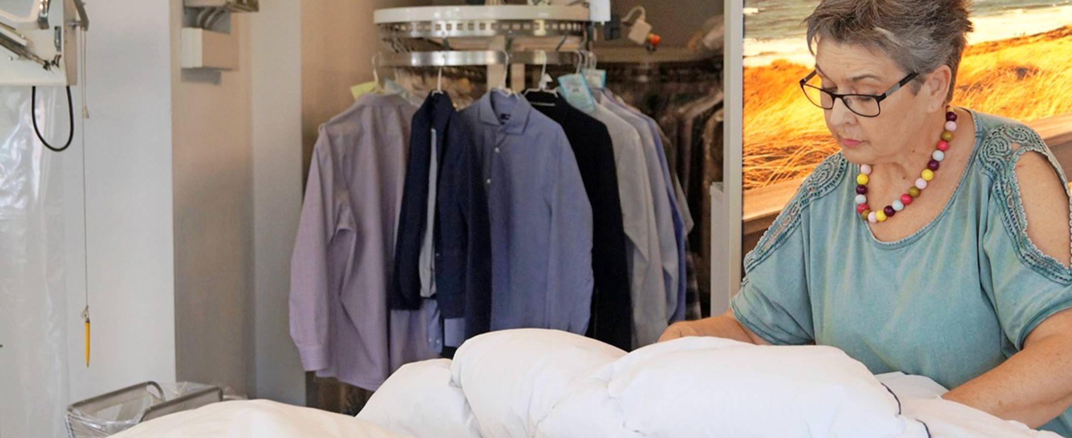 Vor allem natürliche Materialien wie Daunen und Federn reagieren besonders empfindlich auf Schweiß, Staub oder Milbenkot. Verschwitzte Daunen und Federn verkleben, Betten und Kissen werden schwer und ungemütlich.Foto: DTV