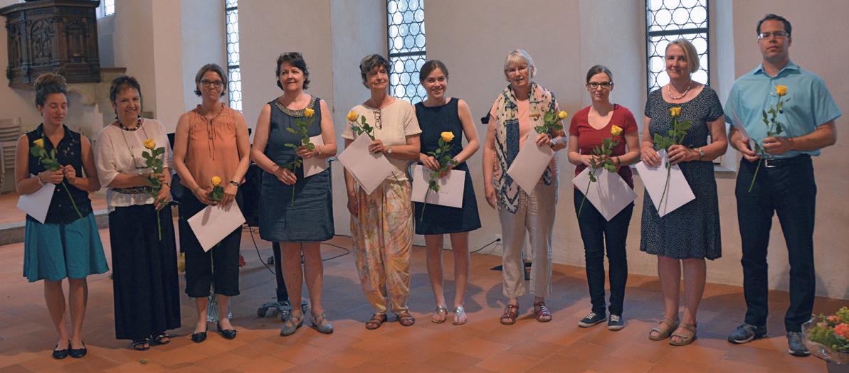 Glückliche Absolventinnen und Absolvent der Kirchenmusikschule.
