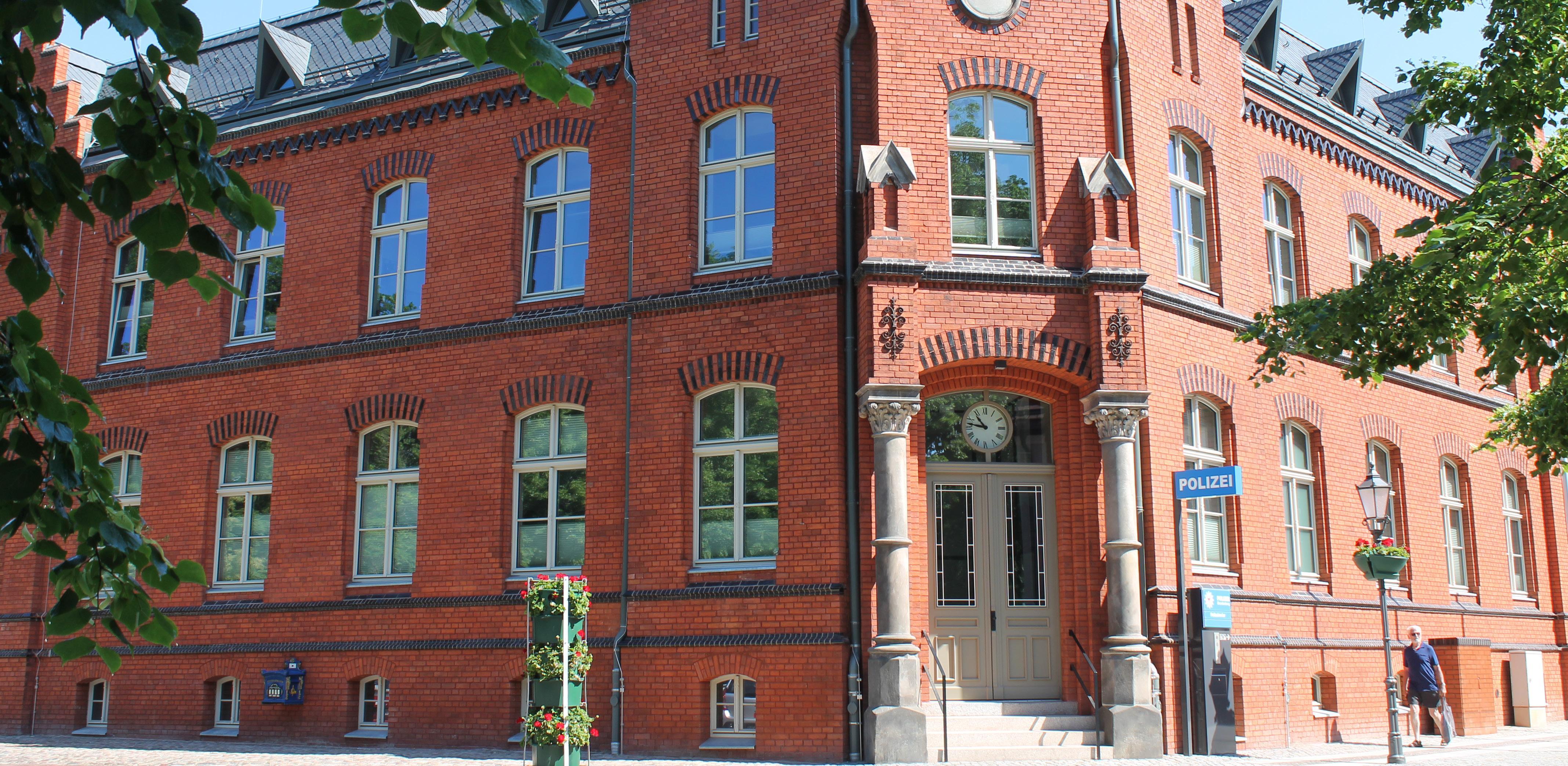 Aus dem historischen Gebäude des alten Postamts wurde eine moderne Dienststelle der Polizei. Der Umbau und die Sanierung kosteten 3,9 Millionen Euro, inklusive Mitteln der Städtebauförderung. Fotos (4) : Lerm