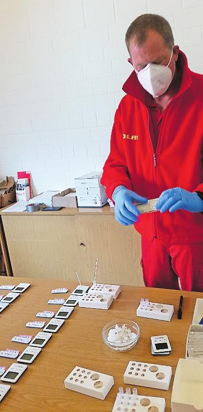Ein Mitargbeiter der DLRG beim Auswerten eines Tests