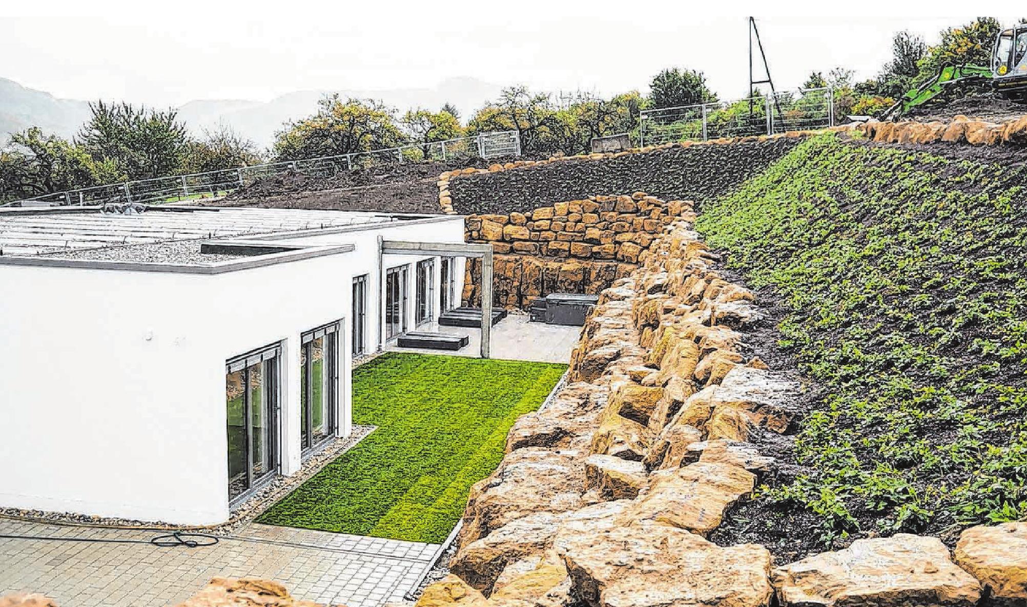 """""""Paruls Wellness & Beauty"""" öffnet am Wochenende seine Türen. Der Neubau schmiegt sich an den Hang, die aufragenden Steinmauern im Außenbereich sind als Felsengarten gestaltet. Foto: Nadine Wilmanns"""