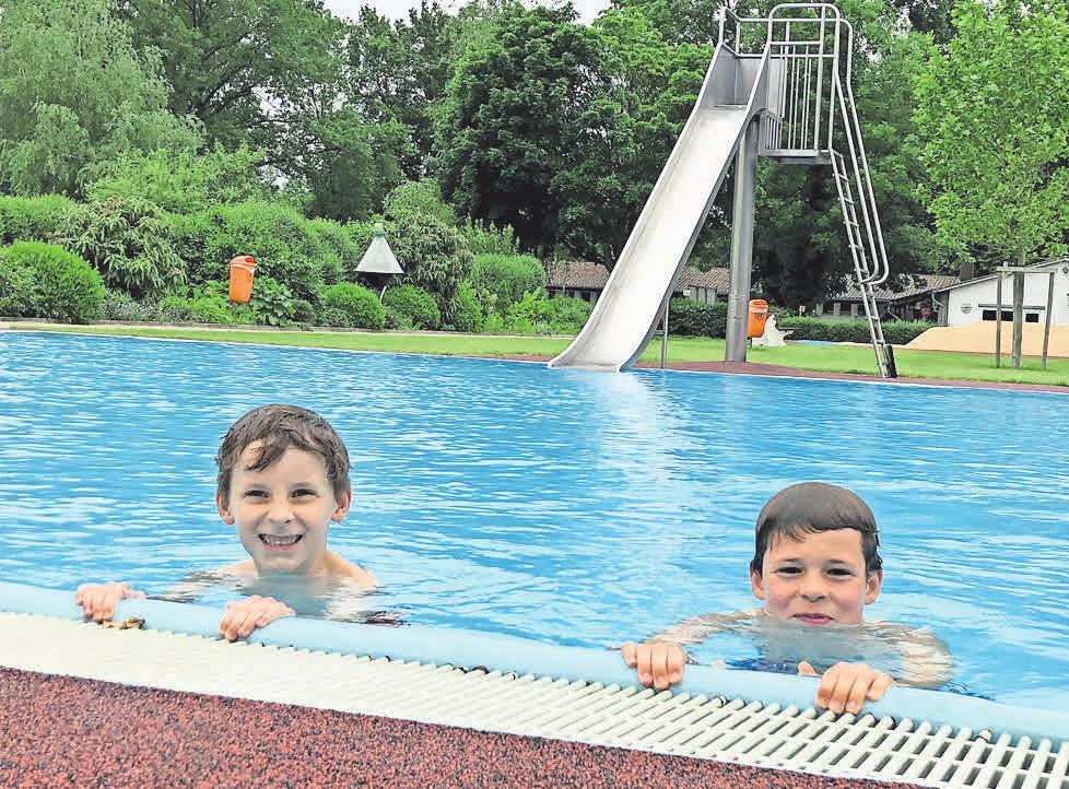 Jonte und Hardi Voges tummeln sich am Eröffnungstag im Nichtschwimmerbecken.