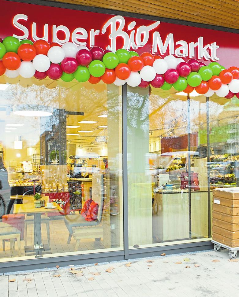 Kaum eröffnet lockt der SuperBioMarkt bereits einige Besucher an – verschiedene Aktionen stehen dafür bereit.Foto: SuperBioMarkt
