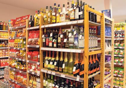 """Der Dorfladen """"Hereinspaziert zum Deuring"""" bietet ein großes Sortiment an Lebensmitteln, die überwiegend aus der Region stammen. Ergänzt wird das Angebot mit Getränken, Hygieneartikeln und Floristik."""