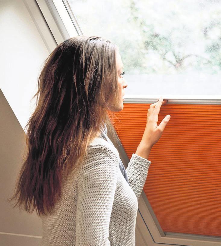 Wabenplissees mit isolierenden Luftkammern sorgen dafür, dass Wärme nicht verloren geht. Foto: djd/Velux