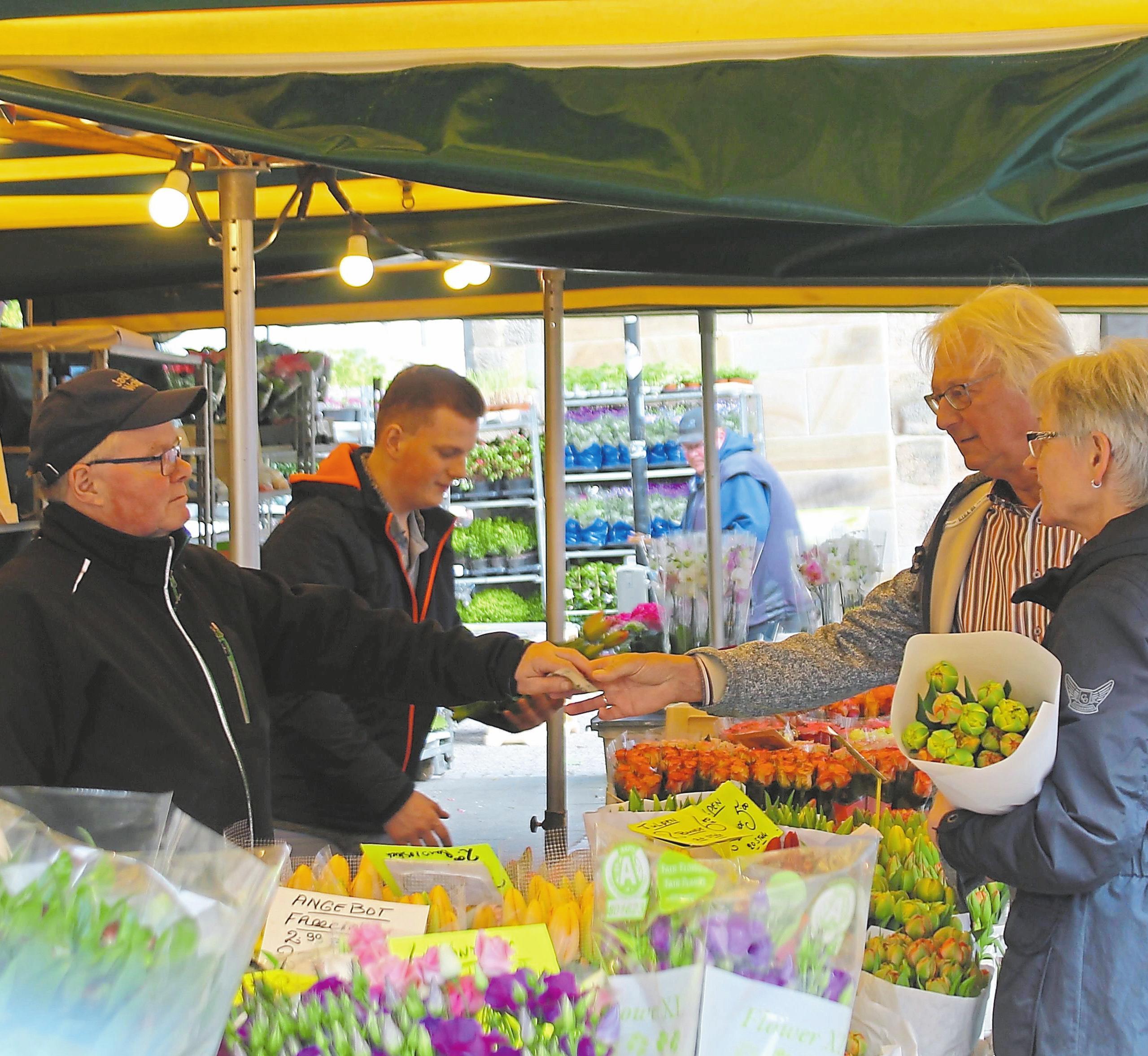 Der holländische Blumenhändler vom Wochenmarkt macht beim Lengericher Lenz in der Innenstadt Station. Foto: Mareike Stratmann