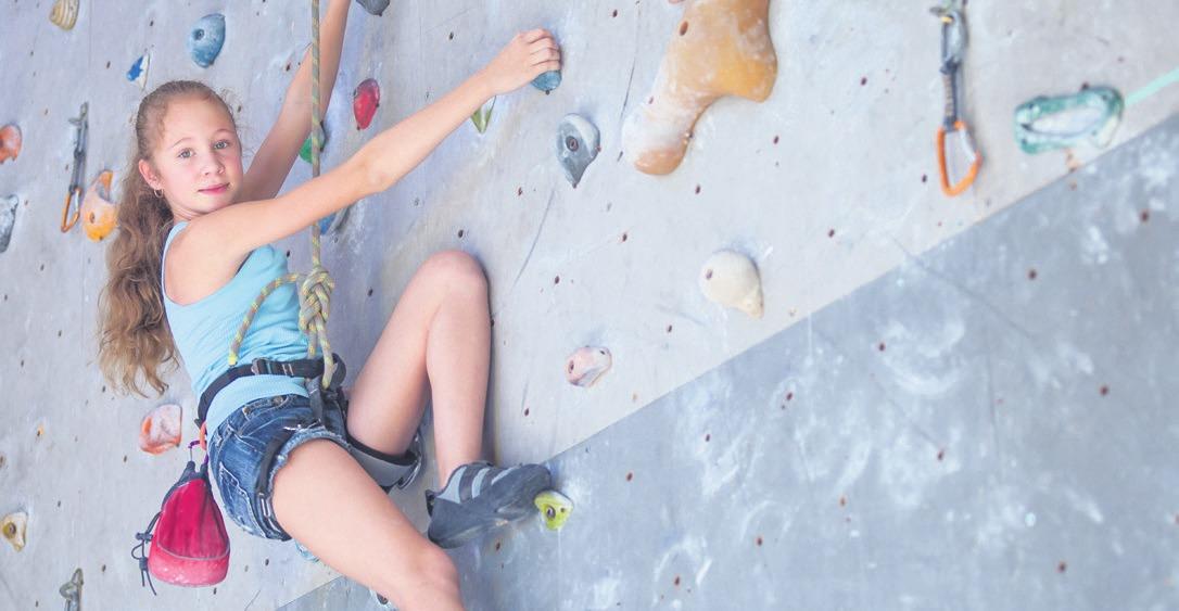 Ein Spaß für Groß und Klein: An der Kletterwand kann man beim Bouldern Muskelkraft und Koordination trainierenFoto: GettyImages