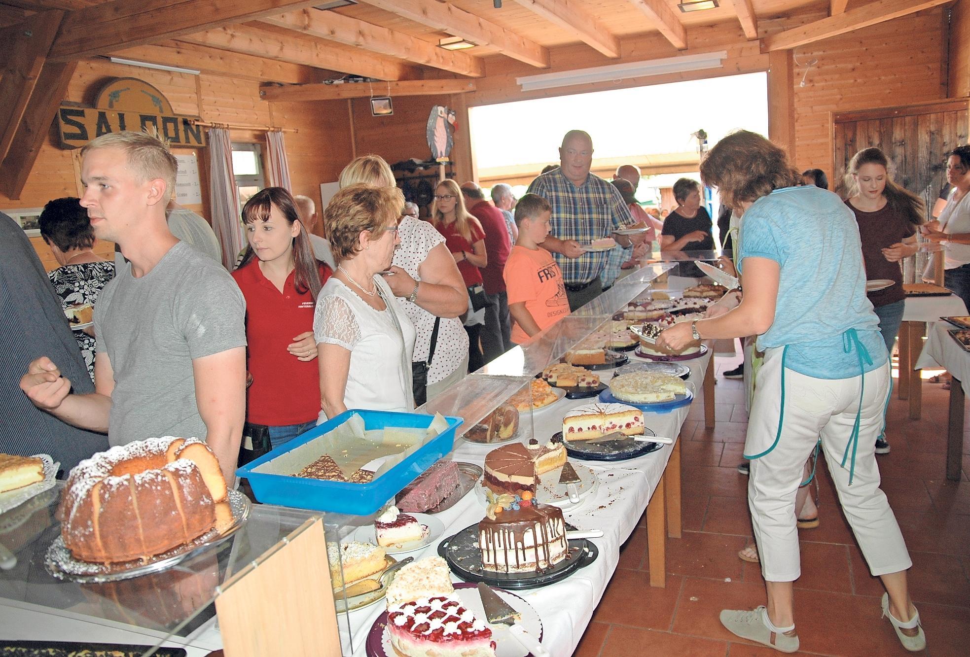 Kuchen und Torten in Hülle und Fülle sowie frische Küchla werden am Sonntag angeboten.