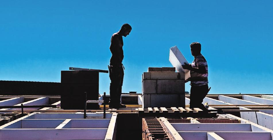 Auch in luftiger Höhe sind Arbeiten am Dach eines Hauses nötig. Foto: Bockwoldt/dpa