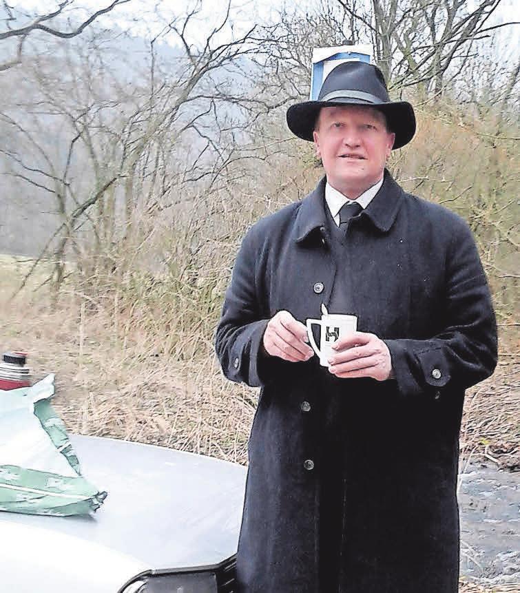 Auch so kennt man ihn: Gerhard Fischer in schwarz unterwegs als Bestatter nach einer Trauerfeier.