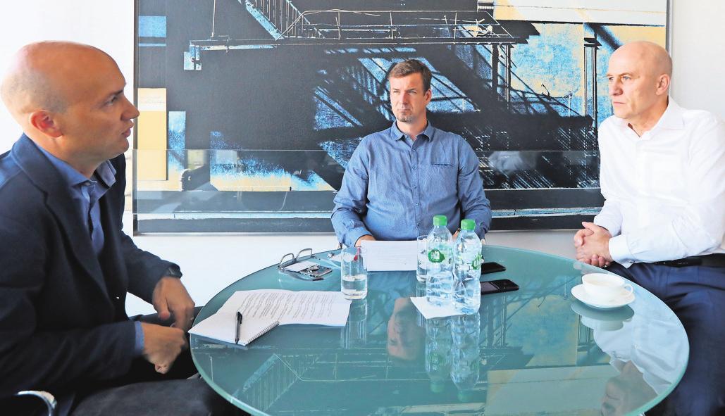 Im Gespräch: Engelbert Hensel (l.) und Nick Heitmann (M.) von der AZ/WAZ mit Frank Witter. FOTOS (4): BORIS BASCHIN