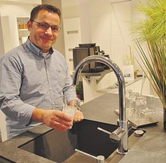 Gekühltes und gesprudeltes Wasser immer direkt aus der Leitung dank Grohe Blue: Peter Pio zapft bei Rosenthal