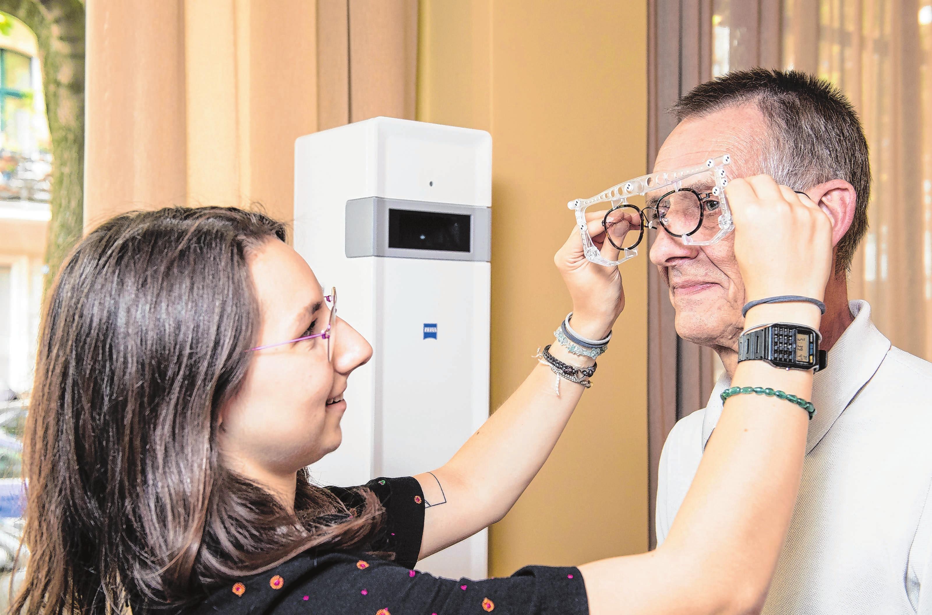Als angehende Augenoptikerin lernt Clara Schneider, die Brille mit Zentrierbügel einzustellen. Fotos: Robert Günther