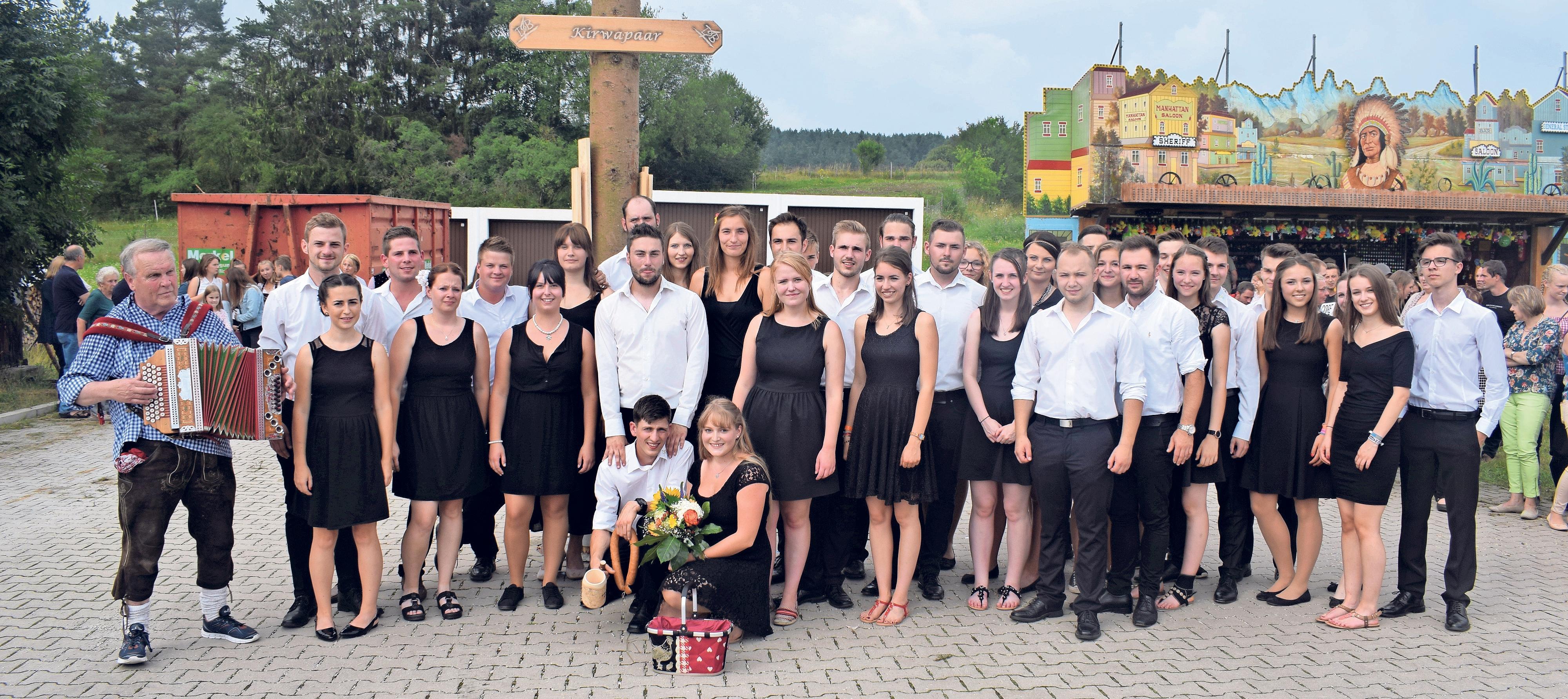 Die Dorfjugend Bronn ist gewappnet für die Zeltkirchweih auf der Pfarrwiesn. Foto: Eva Schmidt