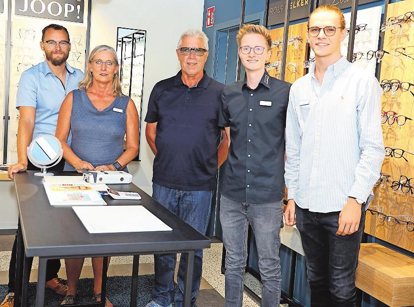 Das Team in der Oggersheimer Delker-Filiale: Andreas Daschner (von links), Heike Schmitt, Rolf Delker, Florian Born und Julian Nezlan. FOTO: RIBIC