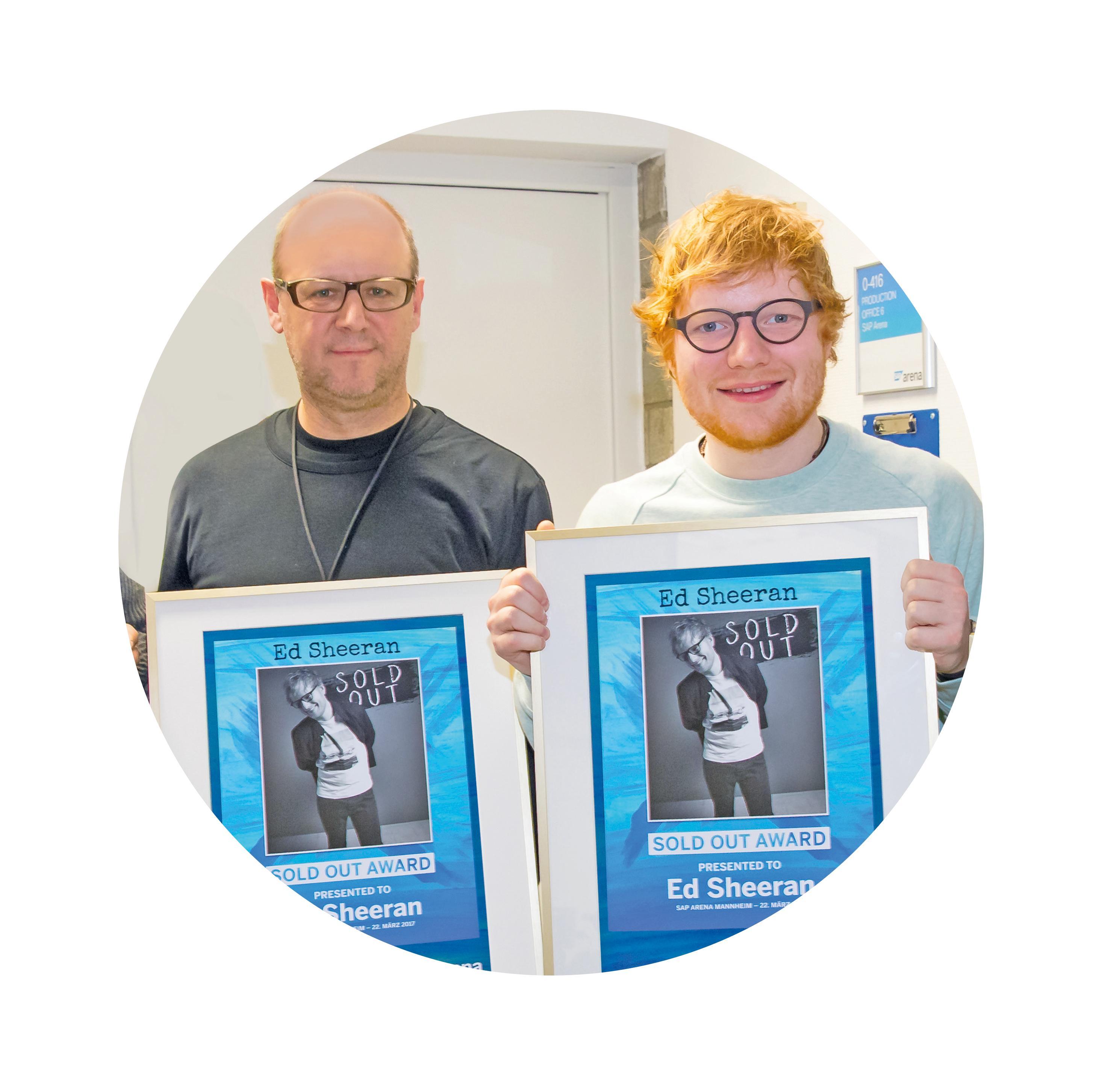 Matthias Mantel (l.) und Ed Sheeran 2017 mit dem Ausverkauft-Award der SAP Arena. BILD: SAP ARENA