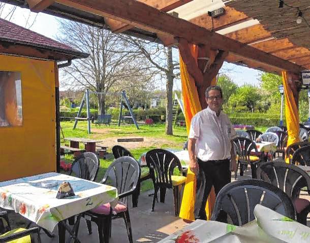 Manuel Bastos begrüßt seine Gäste in seinem spanischen Restaurant im Kleingärtnerverein. Bild: Bastos