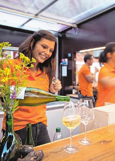 Aus fünf modernen Weinwürfeln verkaufen die Iphöfer Winzer ihre Weine.FOTO: RICHARD SCHOBER