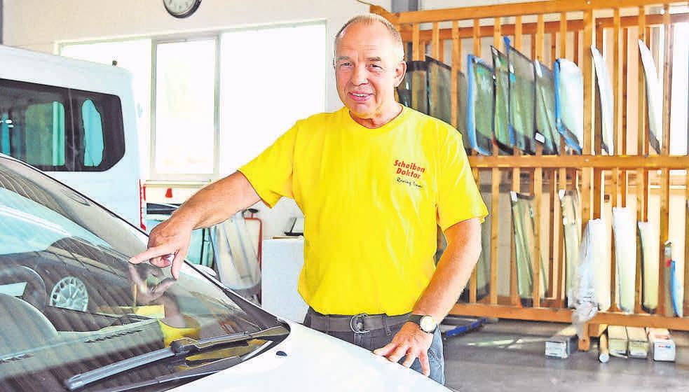 Schnelle Hilfe bei Steinschlag und Co.: Ludwig Gunkel wechselt innerhalb von 24 Stunden Autoscheiben aus.