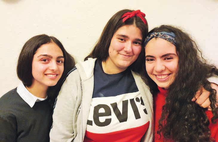 """Wollen sich für die Jugendlichen in Lokstedt engagieren: Helin, Gina und Parisa (v.li.n.re.) sind drei der vier Gründungsmitglieder von """"Augenhöhe - Streetcredibility trifft auf Jugendarbeit"""" bei Lenzsiedlung e.V."""
