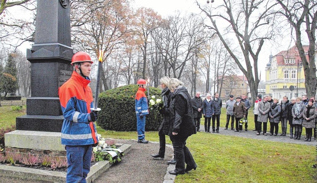 Die Jugendfeuerwehr stellte Fackelträger an den Denkmalen. Fotos (2): E.R.