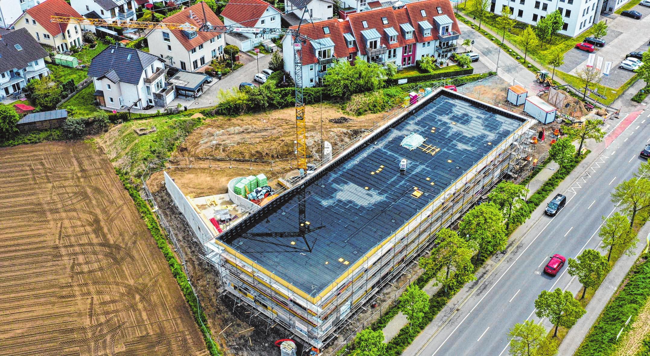 Die Baustelle der neuen Kita am Berliner Ring aus der Luft gesehen. Das Dach wird begrünt und mit einer Photovoltaikanlage versehen.   Bild: Stadt Bensheim/Showmaker