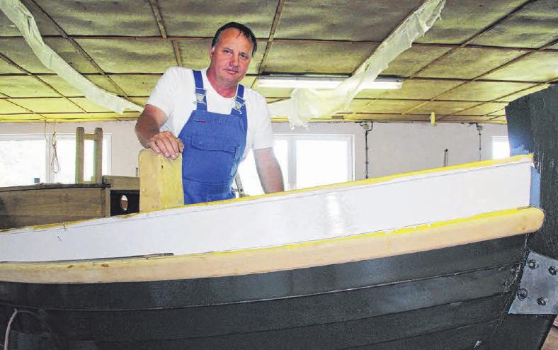 Bootsbauer Ralf Asmus repariert neben Sport- und Freizeitbooten auch traditionelle Fischkutter in Holzbauweise. Foto: Verena Wolff