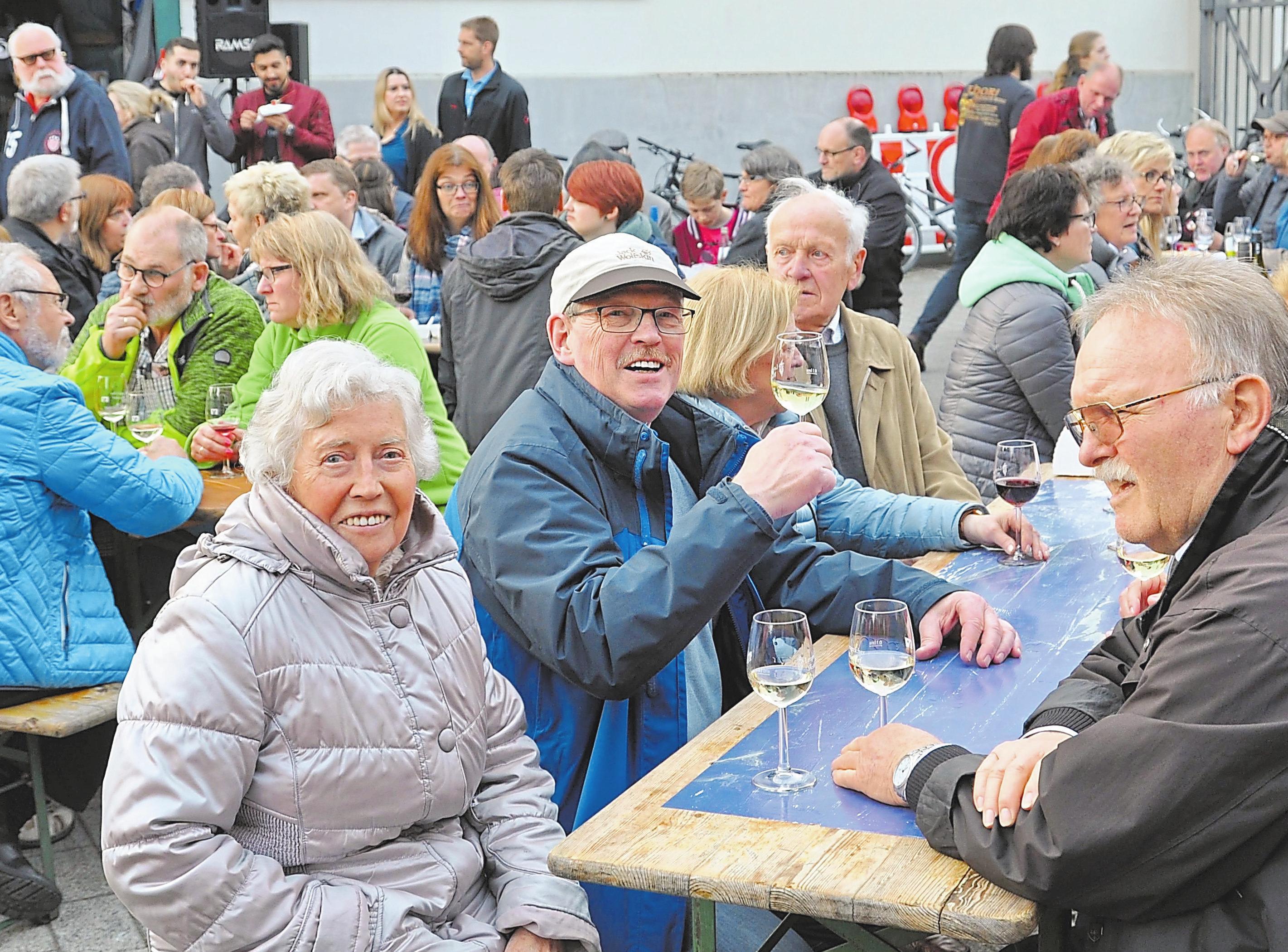 Ein Gläschen Wein, ein heißer Flammkuchen oder leckeres Stück Käse: Diese Kombination hat das Weindorf längt zu einem Besuchermagneten gemacht. Foto: Mareike Stratmann