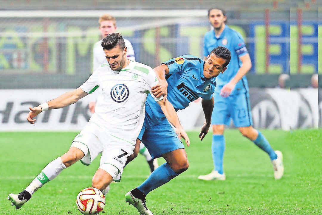 Großer Sieg in der Europa League: Der VfL (l. Daniel Caligiuri) warf Inter Mailand (r. Freddy Guarin ) raus. DPA