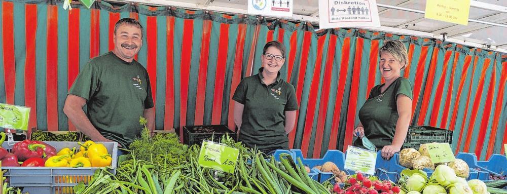 Willi, Theresa und Tanja Reichardt verkaufen Gemüse.