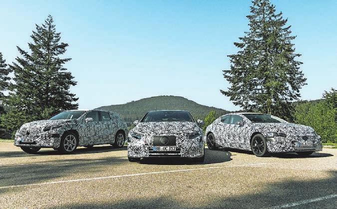Getarnte Zukunftsaussichten bei Mercedes: Der EQS (Mitte) kommt 2021. Bild: HO