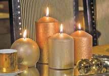 Warmes Kerzenlicht hat etwas Magisches und darf beim weihnachtlichen Zauber nicht fehlen Foto: Gütegemeinschaft Kerzen