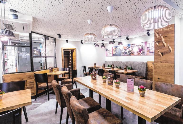 Das gemütlich eingerichtete Café hinter dem Verkaufsraum bietet Platz für 21 Personen. Foto: privat