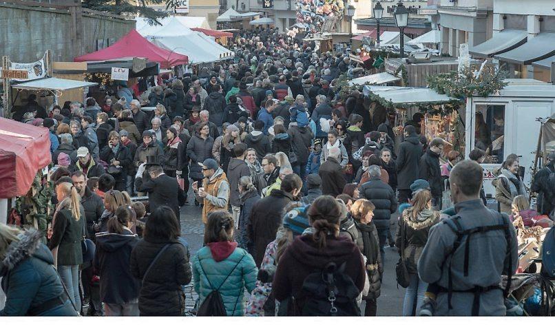 Fröhliches Treiben prägt den Tübinger Weihnachtsmarkt.