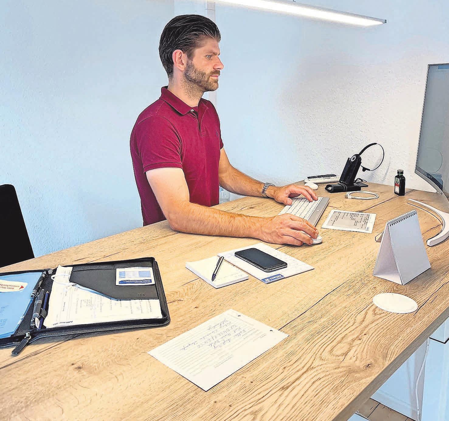 Tim Barez, der nach einem dualen Studium nach Oldenburg zurückkehrte, arbeitet gerne mal im Stehen