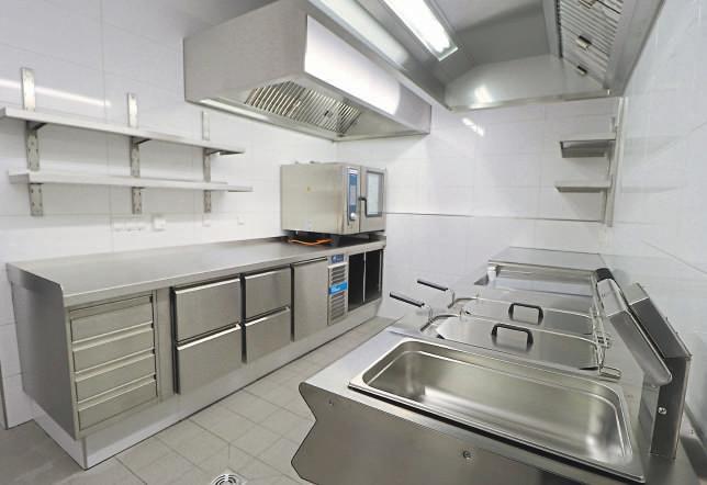 In der modernen Küche werden Speisen direkt für die Gäste frisch zubereitet