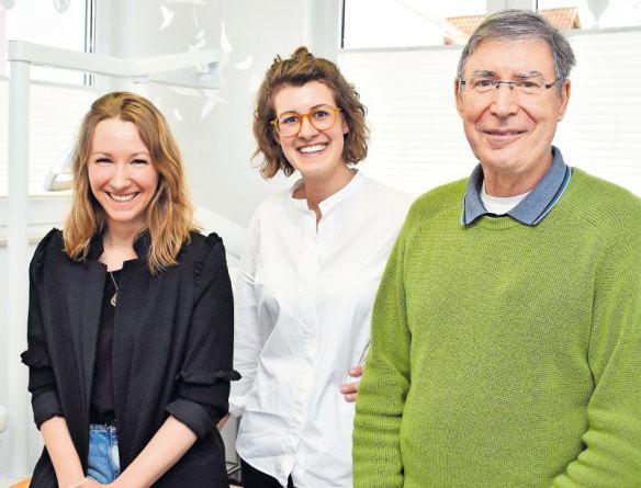 Praxisübergabe: Sarah Kühn (links) und Lea Wüsthoff haben zum ersten April die Praxis von Klaus Dann übernommen. FOTO: SCHENK