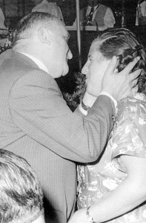 Manchmal gab es sogar Küsschen vom Verleger. FOTO-URHEBER*IN: HINWEIS IM IMPRESSUM