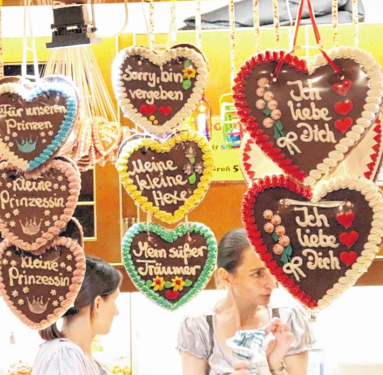Etwas Süßes gefällig? Auf dem Rummelplatz sorgen Verkaufsbuden mit Lebkuchenherzen, gebrannten Mandeln und Zuckerwatte für den typischen Volksfest-Duft. FOTO:ROLAND PLEIER