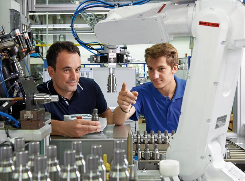 Insgesamt 19 Unternehmen der Zerspanungstechnik stehen am Freitagnachmittag, 22. November 2019, im Foyer der Erwin-Teufel-Schule in Spaichingen bereit, um ihre Angebote rund um Ausbildung, Studium und Praktika vorzustellen. FOTO: GVD