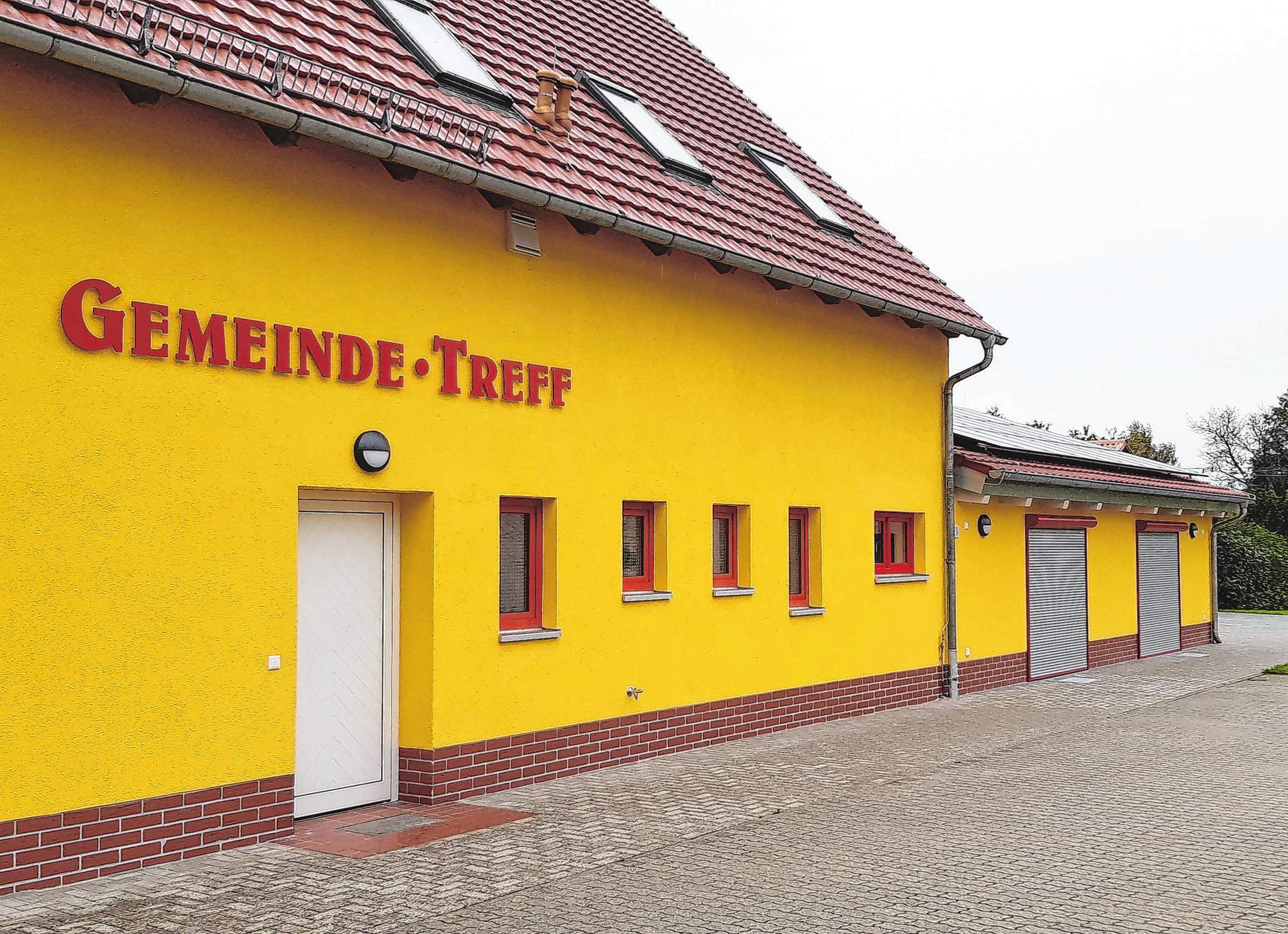 <div><br></div> <div>In strahlendem Gelb leuchtet das Gemeindehaus. Der Anbau fügt sich nahtlos ins Ensemble. Foto: Dirk Lehmpuhl-Ponta</div>