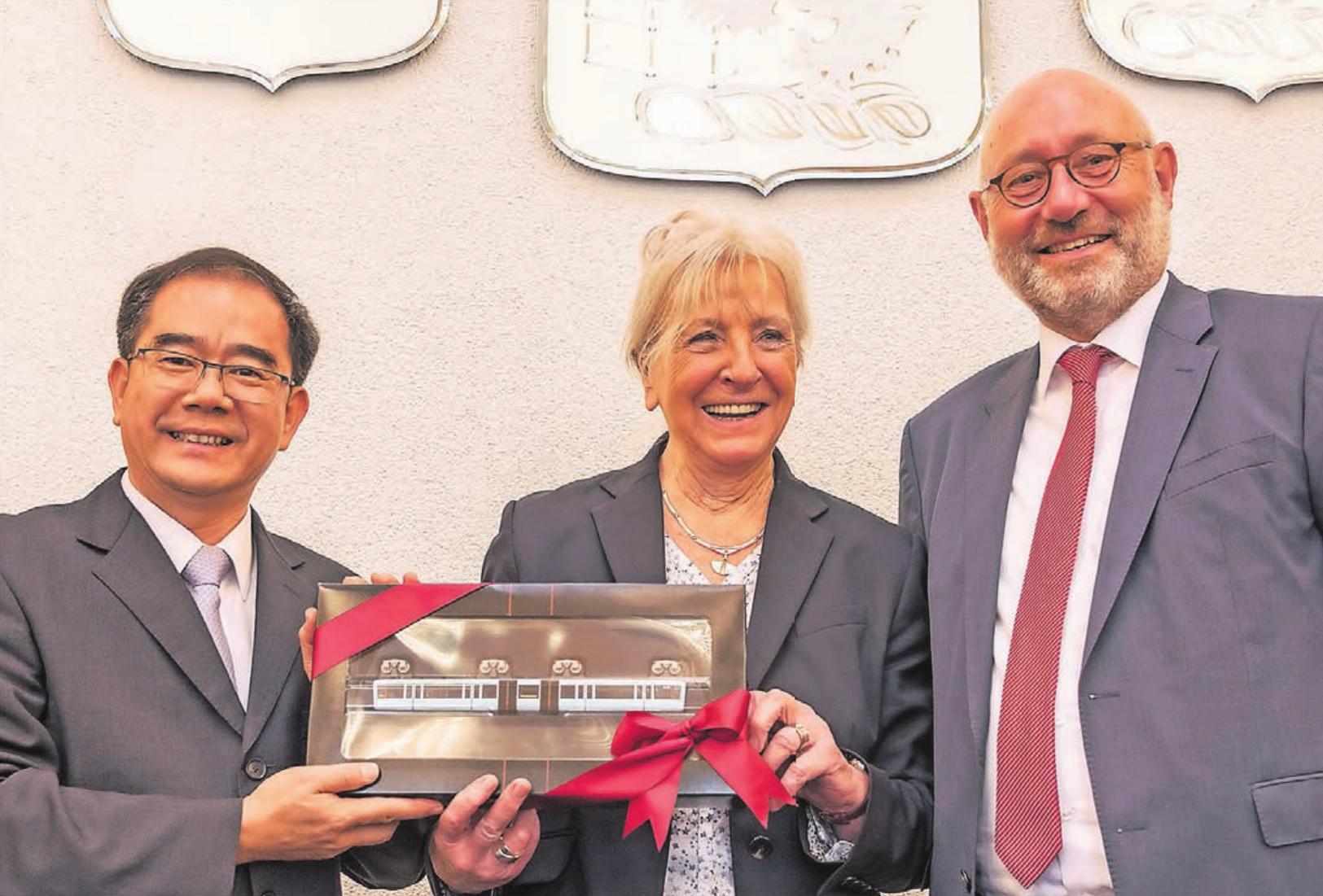 Der Regierungschef der Wuppertaler Partnerstadt Dongguan, Weidong Liang, war vor einem Jahr zu Besuch im Rathaus. Dort traf er unter anderem Bürgermeisterin Ursula Schulz und Stadtdirektor Dr. Johannes Slawig.