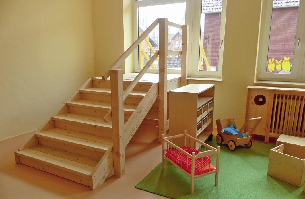 Das Holzpodest, das gebaut wurde, um einen zweiten Fluchtweg entsprechend gesetzlicher Vorgaben umzusetzen, ist für die Kinder das Highlight der Kita.