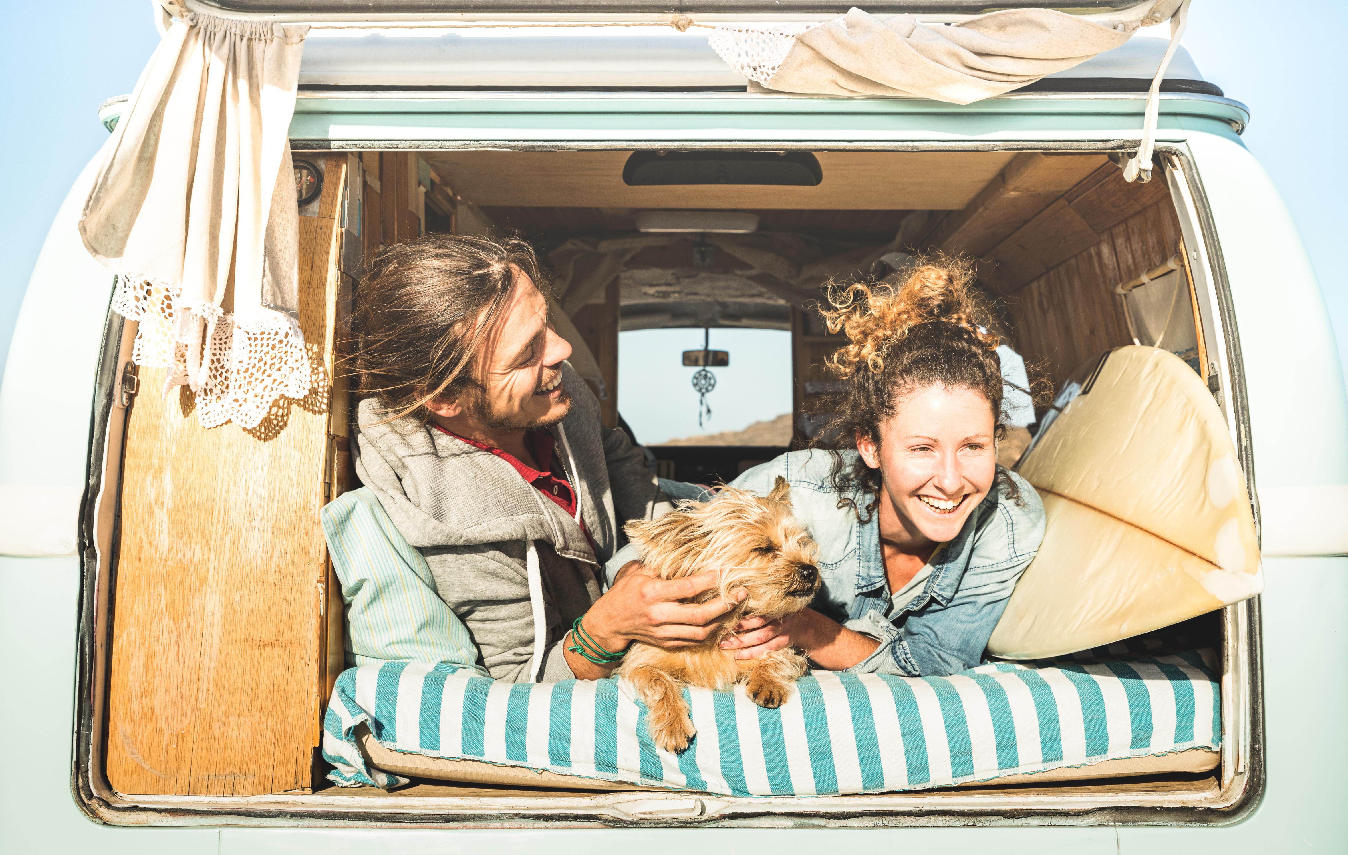 Ob Bulli, Caravan, Wohnwagen oder umgebauter Kastenwagen – Camping erfreut sich immer größerer Beliebtheit © SHUTTERSTOCK