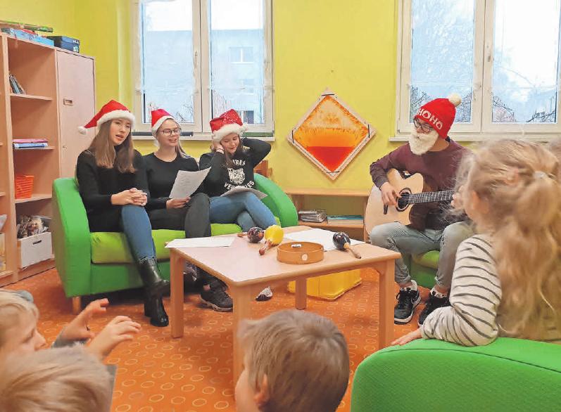 """Die Kinder der Kita """"Kunterbunt"""" in Kyritz bekamen Besuch von Kyritzer Gymnasiasten. FOTO: SANDRA BELS"""