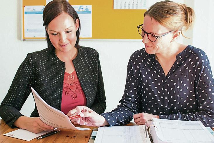 Pflegedienstleiterin Katja Biedermann und ihre Stellvertreterin Mandy Wunschick bei der Einsatzplanung für die Pflegekräfte. FOTO: KERSTIN ESCHKE