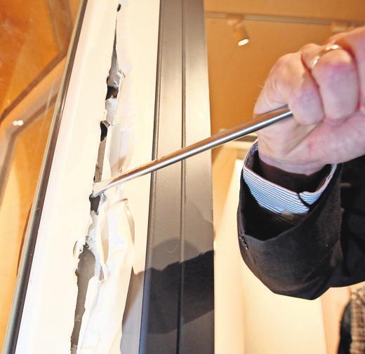 Ein Kriminalbeamter demonstriert in einer kriminalpolizeilichen Beratungsstelle in Hamburg, wie ein ungesichertes Fenster mit einem Schraubenzieher aufgebrochen werden kann. FOTO: BODO MARKS/DPA