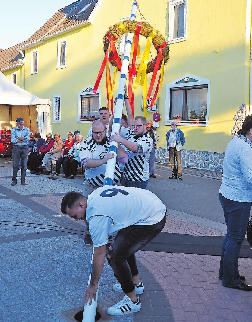 Wenn der Kerwebaum steht, kann es losgehen: Zur Dannstadter Kerwe kommt auch wieder ein Autoskooter.FOTOS: CLEMENS