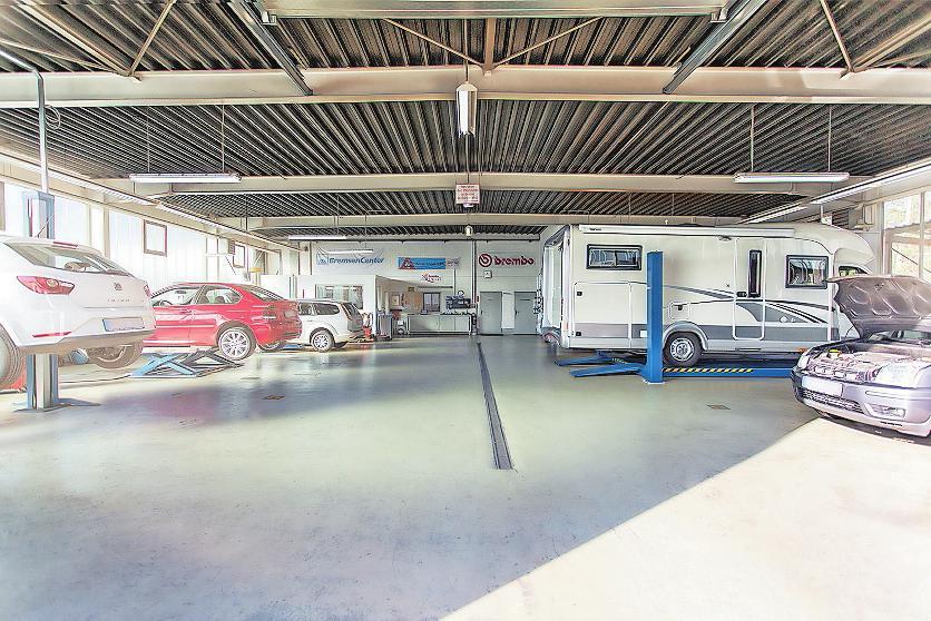 Viel Platz für Autos und andere Fahrzeuge: Eine spezielle Hebebühne kann bis zu 6,5 Tonnen stemmen. FOTO: AUTOHAUS LOCHNER/FREI