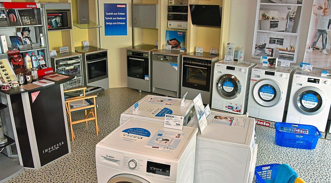 Im Ausstellungsraum nimmt die weiße Ware einen großen Raum ein – ob Wasch- oder Spülmaschine, Herd oder Kühlschrank.